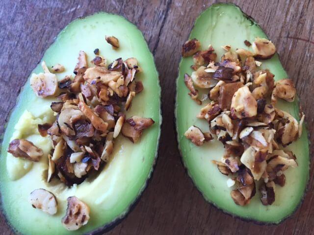 Sunde avocadoer med ristede hasselnødder