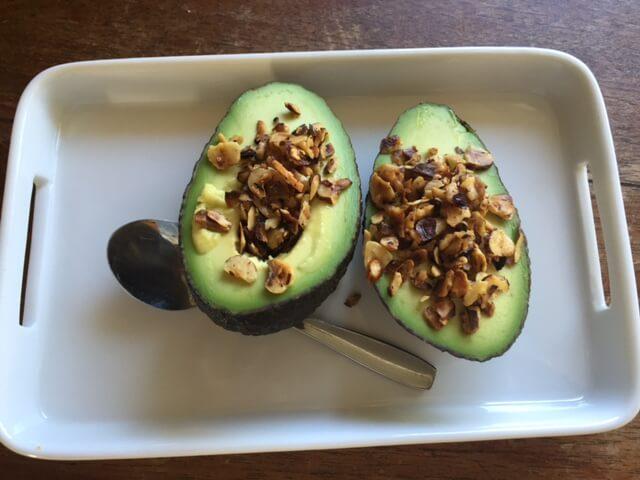 Dejlig og sundt mellemmåltid - avocado med ristede hasselnødder