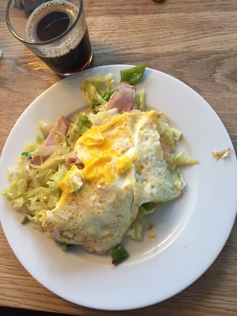 spidskål og skinke omelet