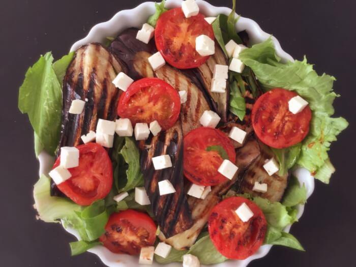 salat med ramsløg og grillede auberginer