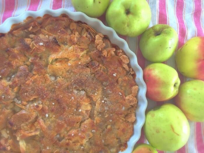 bagt æblekage med makroner og mandler