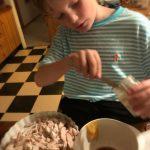 børn laver mad