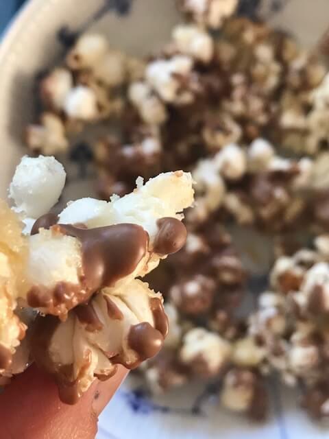 Popcornslik – med chokolade og karamel