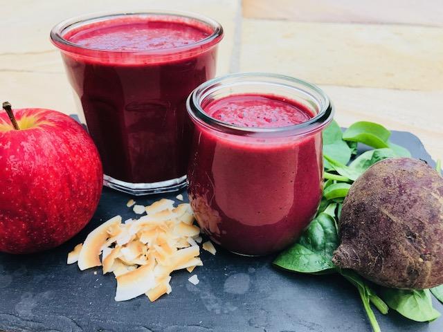 smoothie med rødbede, æble og spinat