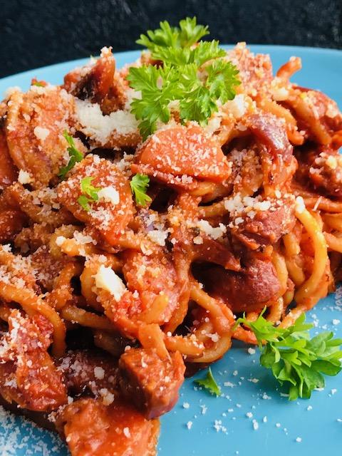 cremet one pot spaghetti med chorizo og pikantost