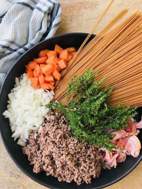 one pot pasta med kødsovs og bacon