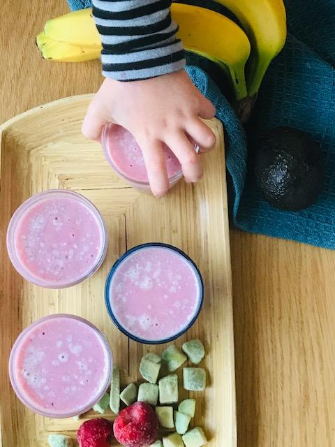 smoothie med avocado og jordbær