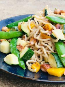 Vegetarisk nudelret med grøntsager og hoisin sauce