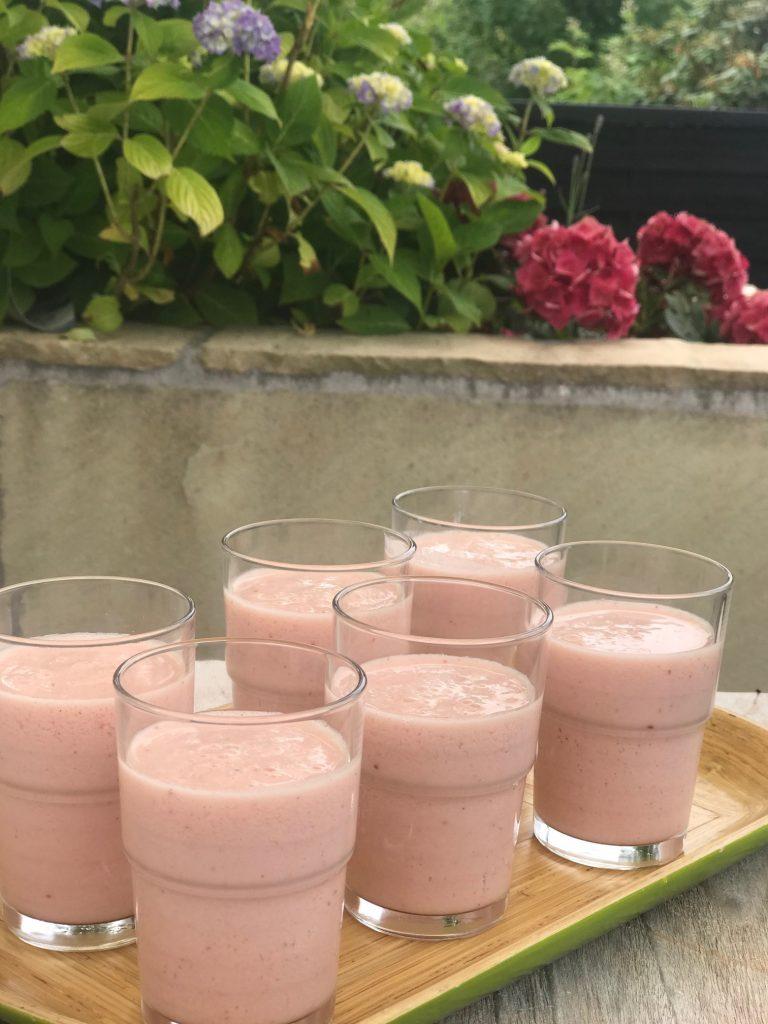 Frisk smoothie med appelsinjuice og yoghurt