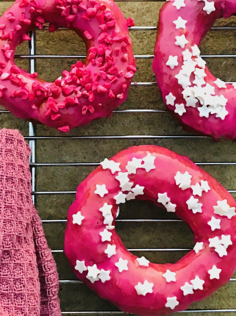 Skønne hjemmelavede donuts – med glaze