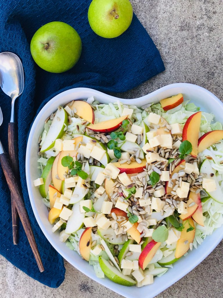 Frisk salat med spidskål og pærer