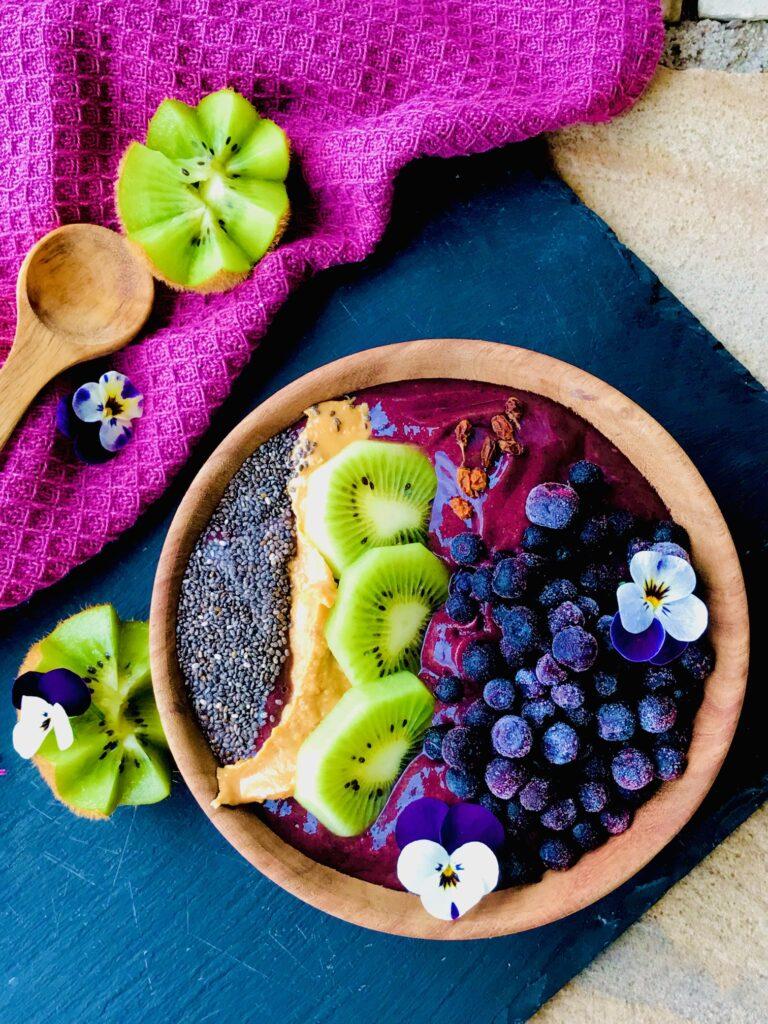 Smoothiebowl med spinat, avocado og bær