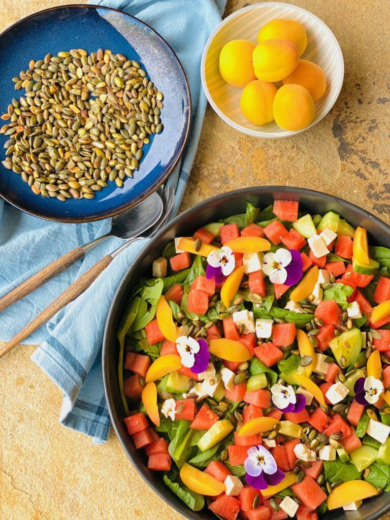 Spinatsalat med friske abrikoser