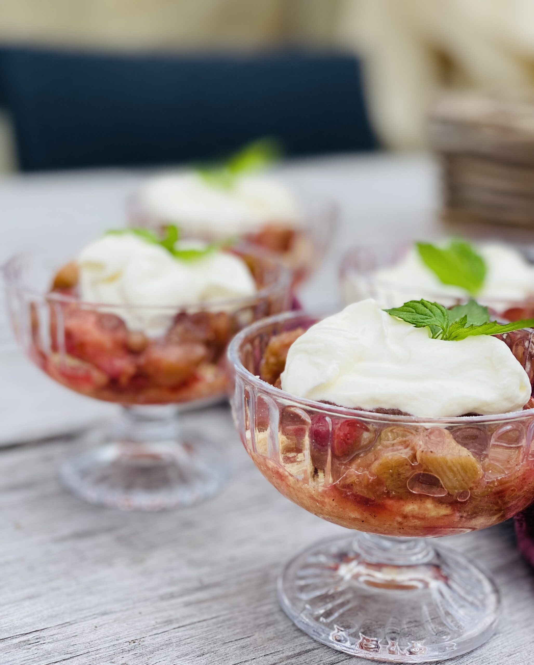 Nem rabarber dessert med makroner