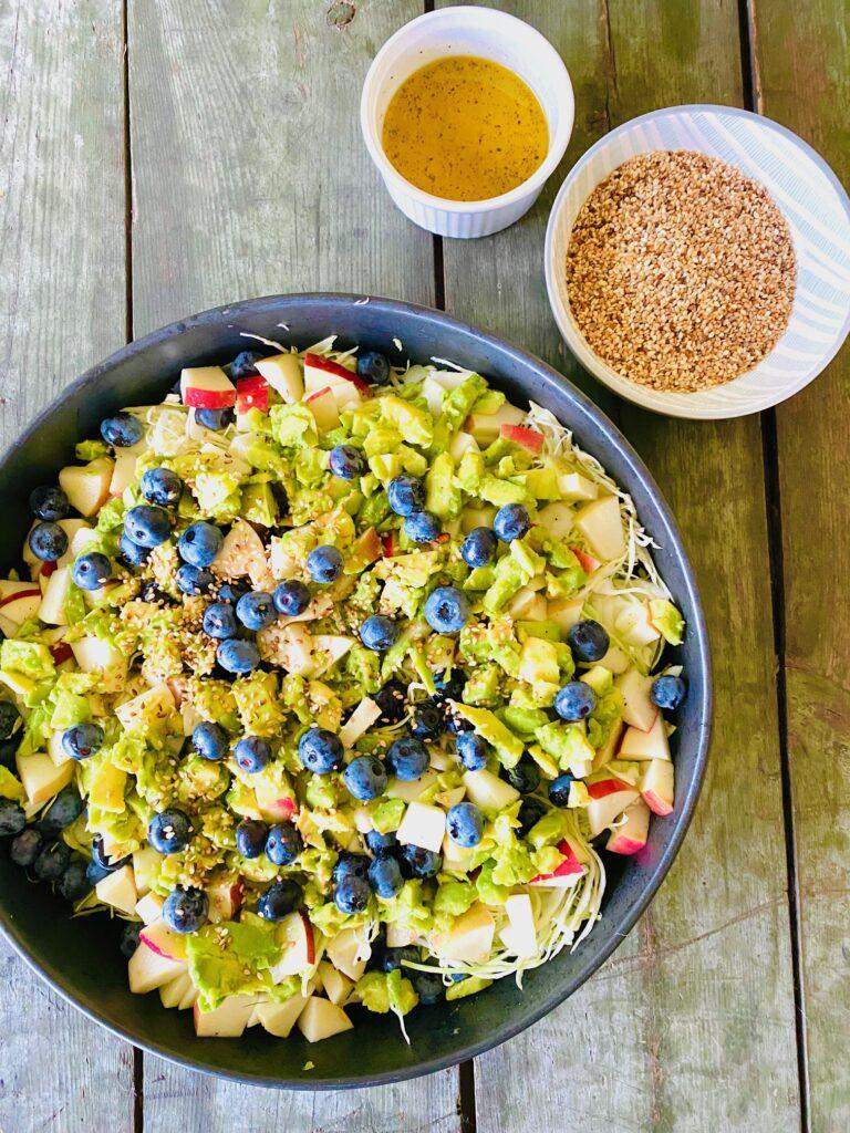 Salat med avocado og æble