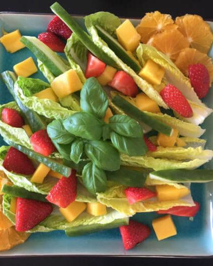 Opskrift på sprød hjertesalat med jordbær og mango