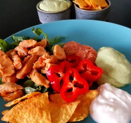 Smagfuld kylling med avocadodip og salsa