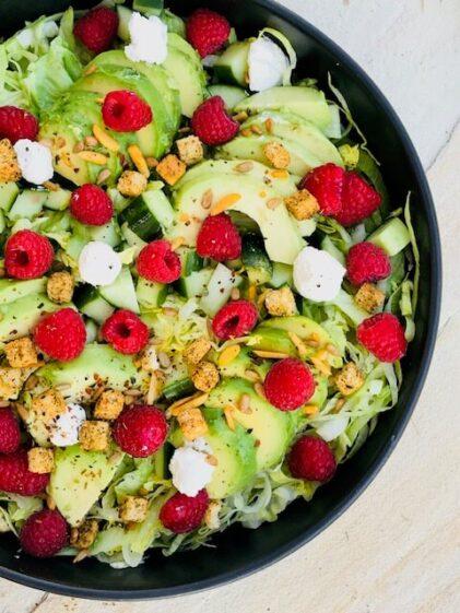 icebergsalat med bær og avocado