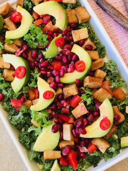 Grønkålssalat med tofu, avocado og granatæble